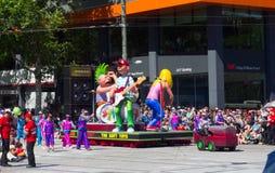 """Фантазия плавает """"мягкая игрушка красочная рок-группа """"выполняет в параде 2018 торжества рождества кредитного союза стоковые изображения rf"""