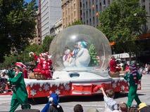 """Фантазия плавает """"снеговик в шарике рождества """"выполняет в параде 2018 торжества рождества кредитного союза стоковые фотографии rf"""