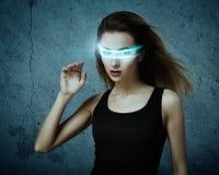 Фантастическая женщина используя виртуальные стекла стоковая фотография
