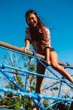 Фантастическая молодая женщина красивая фея девушки фантазии с белым длинным платьем в ветреном парке осени Стоковая Фотография RF