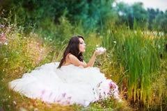 Фантастическая невеста на пляже стоковая фотография rf