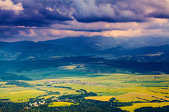 Фантастические горы и облака плавая через небо Стоковые Фото