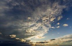 Фантастический взгляд панорамы ярких белых серых темных широких тучных clo Стоковое Фото