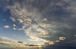 Фантастический взгляд панорамы ярких белых серых темных широких тучных clo Стоковое Изображение