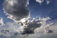 Фантастический взгляд панорамы ярких белых тучных облаков осветил солнцем Стоковые Изображения RF