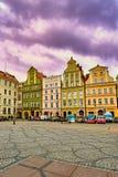 Фантастический взгляд старых домов на солнечный день Рыночная площадь положения известная в Wroclaw, Польше стоковые фото