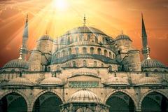 Фантастический взгляд голубой мечети с солнцем и изумительными солнечными лучами Стоковые Фотографии RF