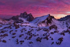 Фантастический заход солнца в горах доломитов, южный Тироль, Италия в зиме Итальянская высокогорная панорама в горе Dolomiti на з стоковые фотографии rf