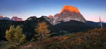 Фантастический заход солнца в горах доломитов, южный Tirol, Италия в осени Итальянская высокогорная панорама в горе Dolomiti на з стоковые фотографии rf