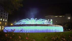 Фантастический фонтан танцев, загоренная вода течет двигать к музыке на ноче сток-видео
