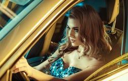 Фантастичная молодая женщина управляя автомобилем стоковая фотография rf