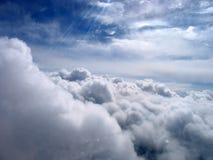 Фантастично красивые облака в небе крыло взгляда плоскости двигателя двигателя видимое стоковая фотография rf