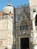 Фантастично красивый вход к зданию в Венеции стоковое изображение