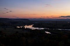 Фантастично красивый заход солнца сельской местностью отразил в реке стоковое изображение