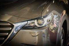 Фара автомобиля с малой глубиной поля стоковое фото