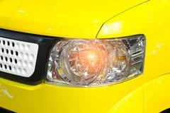 Фара автомобиля желтого крупного плана автомобиля Стоковые Изображения RF