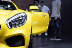Фара крупного плана автомобиля желтого цвета спорта и предпосылки двери отверстия Стоковое Изображение