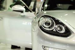 Фара крупного плана предпосылки автомобиля серебра спорта Стоковые Изображения