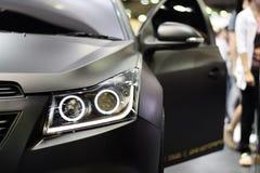 Фара крупного плана черной предпосылки автомобиля Стоковое фото RF