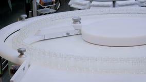 Фармацевтическая производственная линия - конвейерная лента с пустыми стеклянными бутылками сток-видео