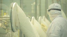 Фармацевтическая промышленность Мужское заводской рабочий проверяя качество пилюлек упаковывая в фармацевтической фабрике автомат сток-видео