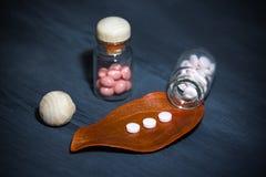Фармацевтическая темная концепция с специальными пилюльками стоковые фото