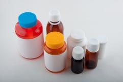 Фармацевтические красочные пластичные бутылки для пилюлек и капсул Стоковое Изображение