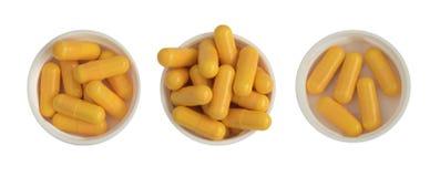 Фармацевтические пилюльки и таблетки медицины в белых пластичных изолированных чашках Стоковые Фото