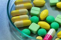 Фармацевтические пилюльки медицины в чашка Петри на таблице Стоковые Фото