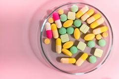 Фармацевтические пилюльки медицины в чашка Петри на таблице Стоковые Изображения