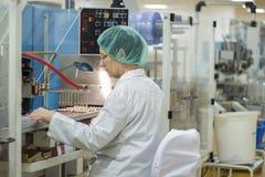 Фармацевтический работник производственной линии фабрики Стоковые Фотографии RF