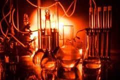 Фармация и тема химии Склянка теста стеклянная с решением в исследовательской лабаратории Наука и медицинская предпосылка Лаборат стоковые изображения rf