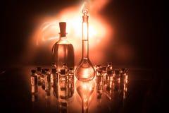 Фармация и тема химии Склянка теста стеклянная с решением в исследовательской лабаратории Наука и медицинская предпосылка Лаборат стоковые фотографии rf