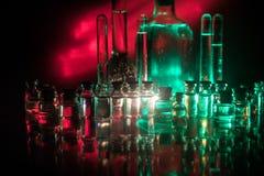 Фармация и тема химии Склянка теста стеклянная с решением в исследовательской лабаратории Наука и медицинская предпосылка Лаборат стоковое фото rf