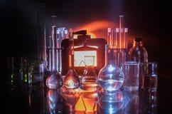 Фармация и тема химии Склянка теста стеклянная с решением в исследовательской лабаратории Наука и медицинская предпосылка Лаборат стоковое изображение
