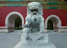 Фарфор восхитительного льва резного изображения ming Стоковая Фотография