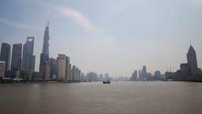 Фарфор 10-ое сентября 2013 Шанхая, шлюпки пересекает Реку Huangpu в Шанхае, Китае Взгляд от бунда сток-видео