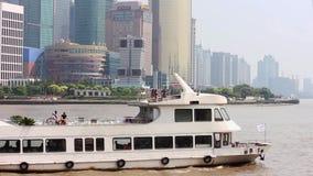 Фарфор 10-ое сентября 2013 Шанхая, шлюпки пересекает Реку Huangpu в Шанхае, Китае Взгляд от бунда видеоматериал