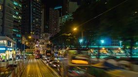Фарфор промежутка времени панорамы 4k взгляда улицы езды трамвая центра ночи Гонконга видеоматериал