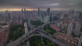 Фарфор промежутка времени панорамы 4k города транспортной развязки неба шторма захода солнца Шанхая видеоматериал