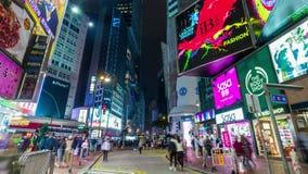 Фарфор промежутка времени панорамы 4k улицы движения Гонконга ночи яркий идя сток-видео