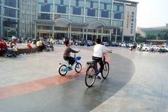 Фарфор Шэньчжэня: дети едут велосипед Стоковое фото RF
