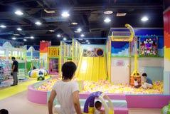 Фарфор Шэньчжэня: спортивная площадка детей стоковое изображение rf