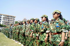 Фарфор Шэньчжэня: студенты средней школы в военной подготовке Стоковая Фотография