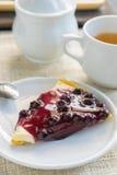 фарфор dishes свежее время чая клубник фарфора торт голубики и китайский чай на деревянной предпосылке Стоковое Изображение RF