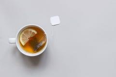 фарфор dishes свежее время чая клубник фарфора Чашка горячего черного чая на голубой предпосылке, взгляд сверху Стоковые Изображения RF