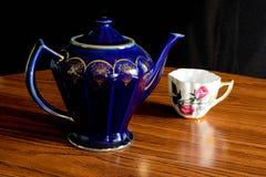 фарфор dishes свежее время чая клубник фарфора стоковое изображение rf