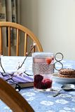 фарфор dishes свежее время чая клубник фарфора Стоковая Фотография