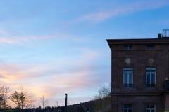 фасады города неба захода солнца голубые оранжевые Стоковая Фотография