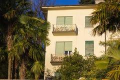 фасады и детали здания ботанического сада на verbania ita стоковое изображение rf